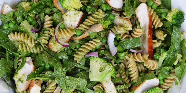 Skøn pastasalat, som er hurtig at bikse sammen og består af en herlig blanding af broccoli, ærter og salat, som vendes i grøn pesto.