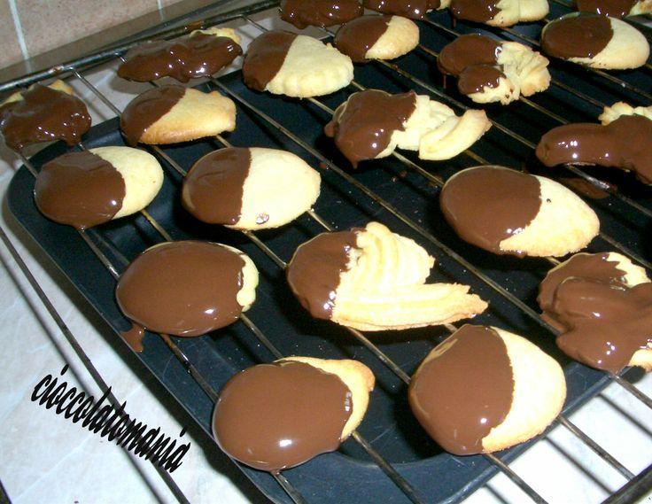 Biscotti meta' cioccolato