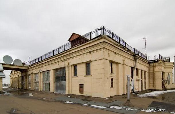 """Крыша дома Нирнзее сегодня. Теперь здесь вместо ресторана """"Крыша """" располагается редакция журнала """"Вопросы литературы""""."""
