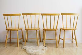 4 beukenhouten vintage spijlenstoelen. Set retro stoelen met Scandinavisch tintje | Fabulous Furniture | Flat Sheep