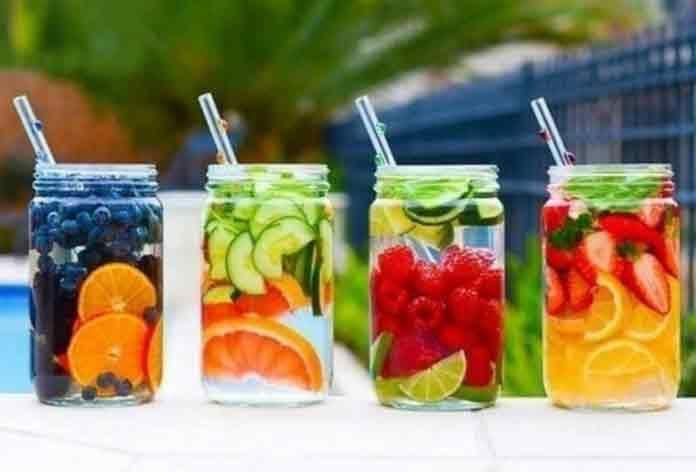 10 детокс напитков, которые очищают организм на клеточном уровне и способствуют похудению... В последнее время детокс напитки стали пользоваться бешеной популярностью. О них говорят, их советую, их покупают и готовят дома. Все это неспроста – детокс напитки действительно работают. В их составе только свежие овощи и фрукты, которые выводят из организма все токсины и шлаки. Секрет детокс напитков в том, что ингредиенты в них подобраны так, что вместе их эффективность вырастает в разы! Напитки…