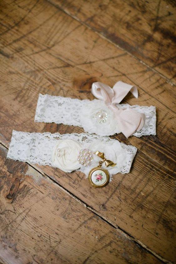 Heb jij een kousenband onder de trouwjurk? Hang er ook een broche aan! #bruiloft #trouwen #kousenband #kouseband #boudoir #vintage #huwelijksnacht #inspiratie #tips #wedding #lingerie #garter Kousenband onder de trouwjurk | ThePerfectWedding.nl | Fotocredit: Brandi Welles Photographer