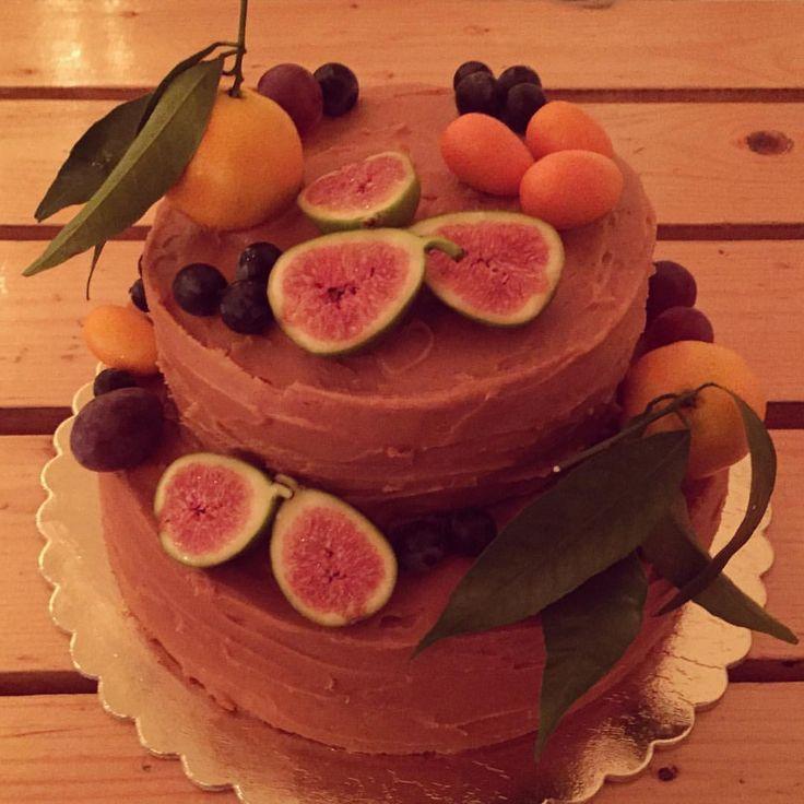 Cake time! Tonka bean sponge with salted caramel cream & fresh fruit decoration Salted caramel always the best decision! Celebration time! Fall inspiration birthday cake! #tonkabean #spongecake #saltedcaramel #celebration #birthday #fall #autumn #freshfruits #fidge #clementine #grapes #ilovemyjob #bakingtime #happiness #cake #caketime #bestdecision @bfanni