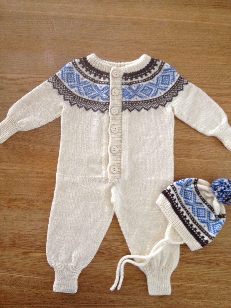 Mariusdress, velkommen til verden gave til Kristoffer, strikket i Babyull fra Dale og mønster satt sammen av jakke med rundfelling og dress.