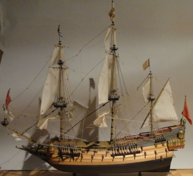 MAQUETTE DU VAISSEAU LA COURONNE vaisseau de 1629, modèle exécuté au 1/150 par les amis du Musée de la Marine. Sur un socle en placage de bois clair. Hauteur: 49 Long. 48 cm Sous vitrine. H: 57 L. 67… - Kahn-Dumousset - 06/07/2015