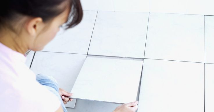 Como instalar azulejos grandes de porcelanato em um banheiro. O truque para se assentar azulejos é conseguir mantê-los presos à parede até que a argamassa esteja seca. Quanto maior o azulejo, maior é o problema. Se você estiver utilizando grandes revestimentos de porcelanato, o ideal é escorar as peças inferiores. Como as peças subsequentes estão assentadas utilizando separadores, elas também não irão ...