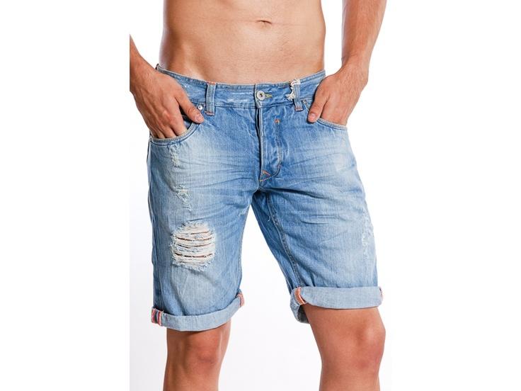 Pantaloni scurti de blugi pentru barbati, model Alcott.  Sunt confectionati din materiale rezistente, au doua buzunare in fata si doua in spate.  Pot fi purtati fie cu un tricou sport, fie cu o camasa casual.