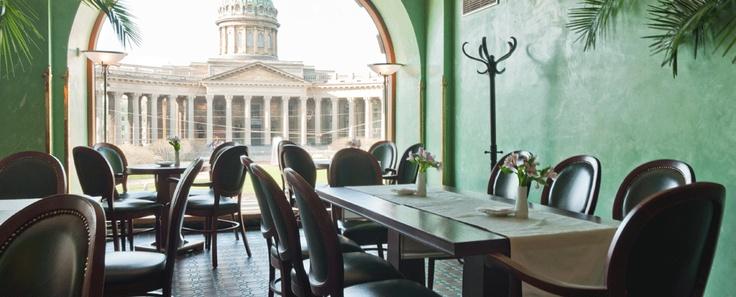 Pietari on kauniita kahviloita väärällään. Tämä keväisen vihreä kahvila on nimeltään Singer. Löydät sen Singer-rakennuksen yläkerrasta. Osta kirjoja ja syö pala ihanaa kakkua.  Tripadvisor-arvostelut löydät täältä: https://www.facebook.com/SingerCafe/app_254084314702229