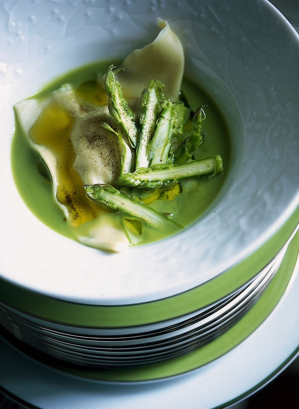 Crema di asparagi con raviolo agli scampi