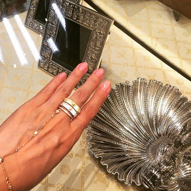 #latergram 💎 Beautiful white/yellow #gold #rings by #Buccellati discovered at a #vintagejewelry store in #NewOrleans. #빈티지, #앤틱 샵이 많은 뉴올리언스 어느 샵에서 #부첼라티 #반지 #착용샷. I like the idea of a #ring traveling from one woman's life to the next. #앤티크주얼리 페어에 가면 늘 부첼라티 주얼리를 잔뜩 만나요. 실제론 까르띠에, 반클리프가 더 많지만 느낌상 존재감 1등인 이유가 있겠죠💗 #jotd #gold #diamonds #luxury #jewelry #style #timeless #craftsmanship #goldsmith #silversmith #손스타그램