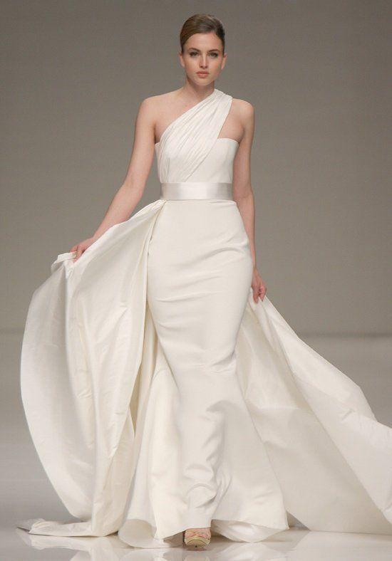 Vestido confeccionado en tafeta de crepe y de seda con un drapeado sobre un hombro, falda recta acentuada en la cintra con un cinto de satín. La cola del vestido es desmontable.