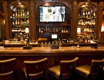 Το Carnegie Club στη cigar Νέα Υόρκη είναι το cigar bar με αέρα '40ς και ορχήστρα που παίζει Sinatra. Τι άλλο να ζητήσει κανείς που θέλει να απολαύσει ένα καλό πούρο