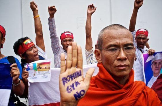 Myanmar Mahu Hapus Rohingya Seperti Hitler Lakukan Kepada Yahudi   NAYPYIDAW: Myanmar mahu melakukan pembersihan etnik minoriti Islam Rohingya daripada wilayah mereka kata pegawai kanan Pertubuhan Bangsa-Bangsa Bersatu (PBB) hari ini.  Jurucakap agensi pelarian PBB John McKissick berkata pasukan tentera bersenjata membunuh penduduk Rohingya di negeri Rakhine yang menyebabkan mereka lari ke negara jiran Bangladesh.  Kerajaan Myanmar dilaporkan sedang menjalankan operasi menangani…