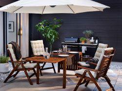 Sedie reclinabili marroni con cuscini per sedile/schienale beige e tavolo a ribalta.