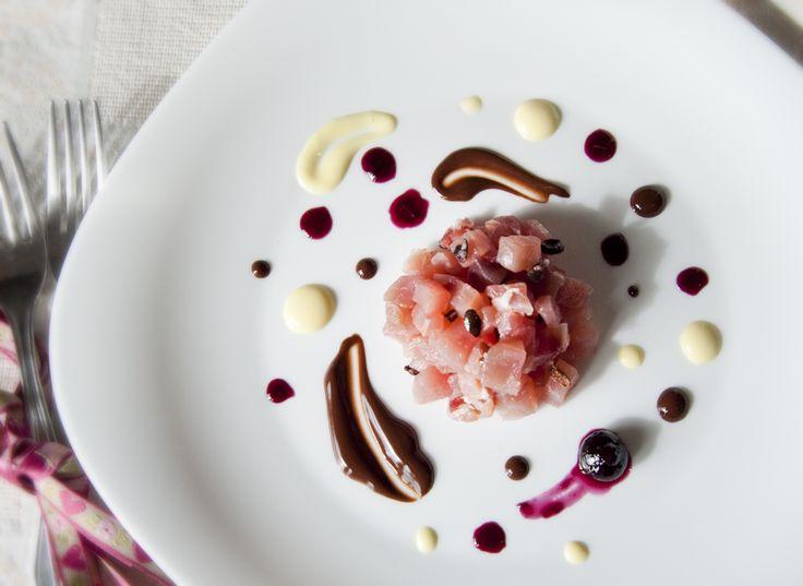 Tartare di tonno rosso con fave di cacao crudo, ganache fondente, salsa ai mirtilli e maionese alla ricotta   L'idea Pellegrina foodblog