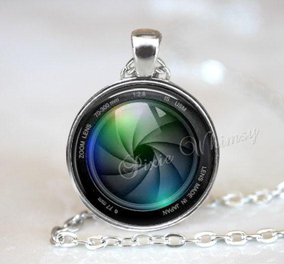 Appareil photo objectif pendentif, collier pendentif d'Art en verre Photo Rond en verre lunette cadre pendentif collier avec 24 pouces chaîne collier inclus (s'il vous plaît voir les photos ci-dessus pour choix de couleurs de monture de lunette et de styles de chaîne disponibles) - Style #2070 Ce magnifique pendentif de verre d'Art a été soigneusement à la main pour vous dans notre studio. L'image est forte et dynamique, situé dans un cadre de lunette de haute qualité et est recouvert d'un…
