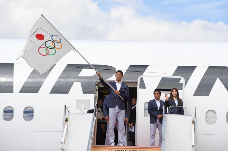 リオデジャネイロオリンピック日本代表選手団の本隊が24日に帰国。小池百合子東京都知事がオリンピックフラッグを、右代啓祐旗手が選手団の団旗を手に飛行機から降り立ち、セレモニーが行われました。#Rio2016 #Tokyo2020