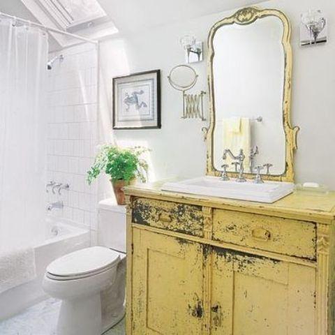 Alte Aufbereiter in ein Badezimmer Eitelkeit aufgeräumt und eine kräftige Farbe gemalt, um eine Aussage zu machen