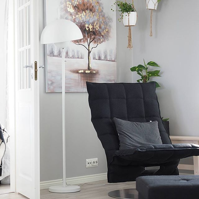 Floor lamp in white metal by a recliner // Admiral - Sessak