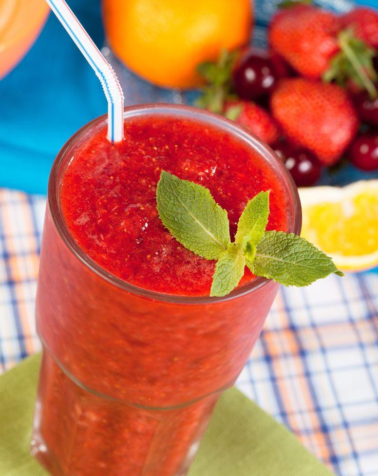 Η ζέστη θέλει δροσερά φορήματα που ξεχειλίζουν γεύση και άρωμα, όπως αυτό το smoothie με φράουλα και πορτοκάλι.