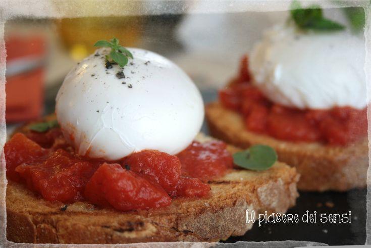 Uova in camicia alla pizzaiola http://ilnuovopiaceredeisensi.altervista.org/uova-in-camicia-alla-pizzaiola/ #uova #egg #pomodoro #tomato #homemade #basil #basilico #origano #ilpiaceredeisensi