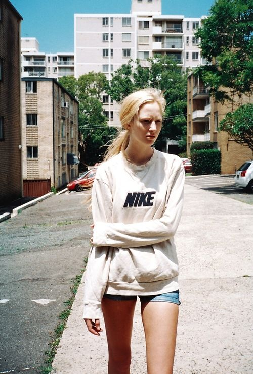 street style, outfit, sporty, comfy, nike, sweater, shorts, skinny, blonde