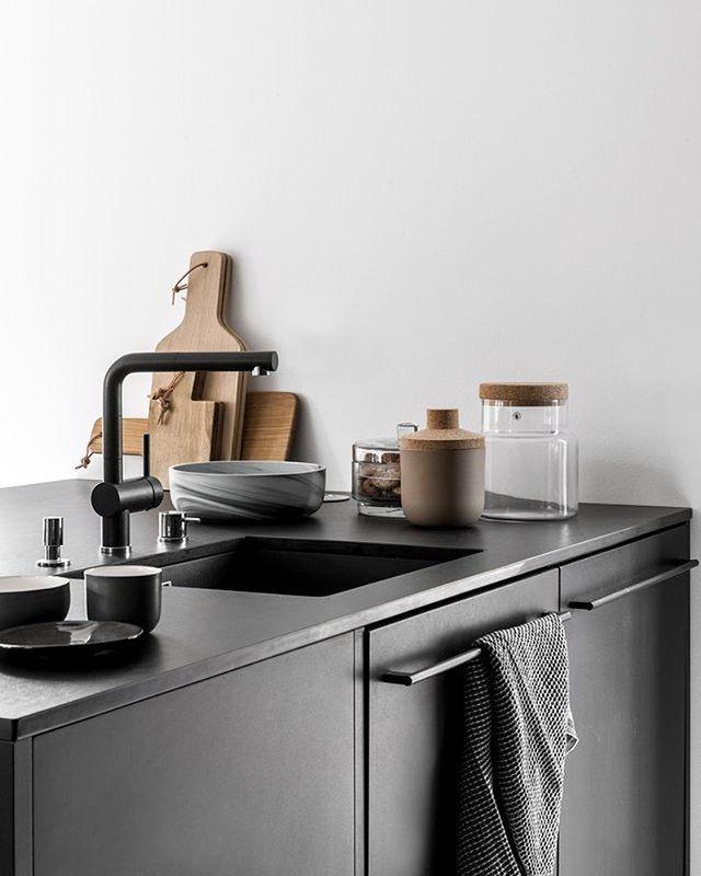 Black kitchen ▪️ ______________________________ #planinterior #interiorinspo #interiorinspiration #interiordesign #interiorlove #interior4all #inspiremeinterior #interiordetails #homedesign #kitchendesign #blackkitchen #kitcheninspo #kitchendetails