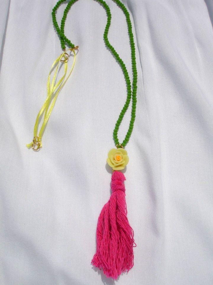 Κρεμαστό με πράσινες κρυστάλλινες χάντρες και φούξια φουντίτσα.  17 €
