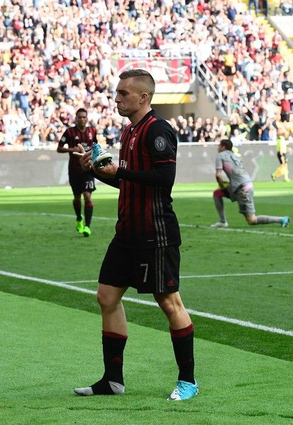 AC Milan's Spanish forward Gerard Deulofeu poses with his shoe after scoring during the Italian Serie A football match AC Milan vs Palermo at the San Siro stadium in Milan on April 9, 2017. / AFP PHOTO / MIGUEL MEDINA