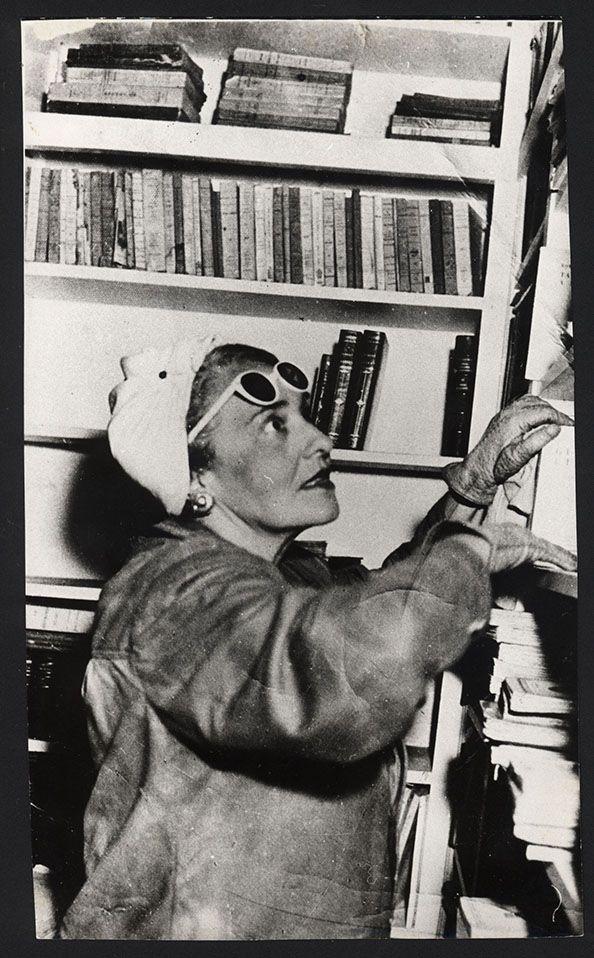Victoria Ocampo en la biblioteca de Villa Ocampo en San Isidro.