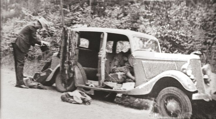 Bonnie and Clyde after ambush.Their bodies are still in the car...