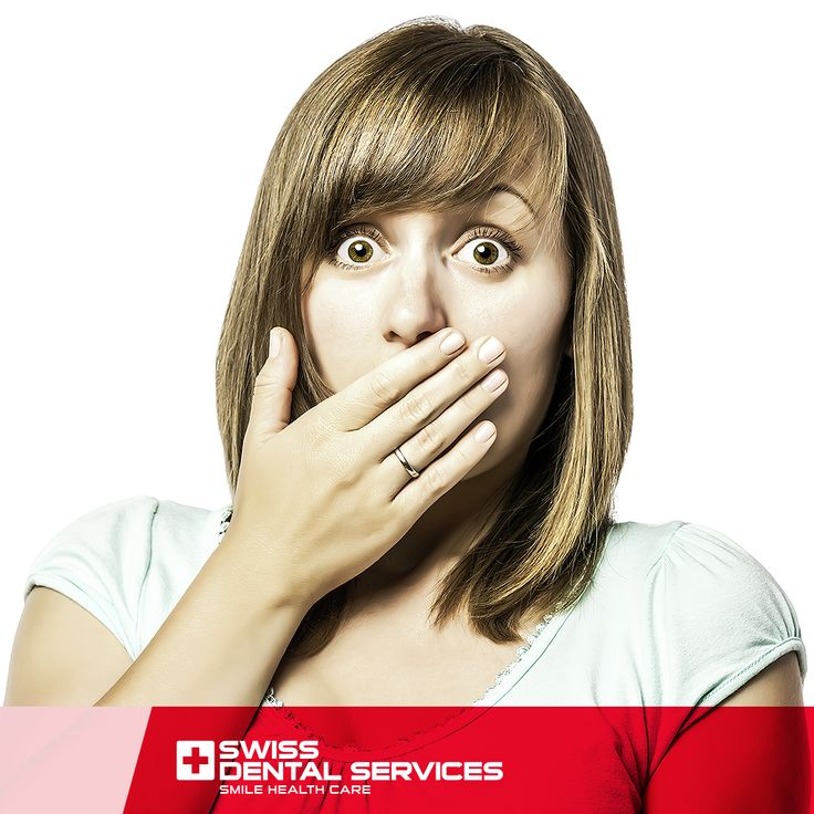 Saviez-vous que ce ne sont pas seulement les aliments qui contribuent à la mauvaise haleine ? L'accumulation de plaque bactérienne sur les dents et la langue est une autre raison qui déclenche l'halitose. Cela est dû à une mauvaise hygiène buccale.  Prenez soin de votre bouche avec Swiss Dental Services. www.swissdentalservices.com/fr