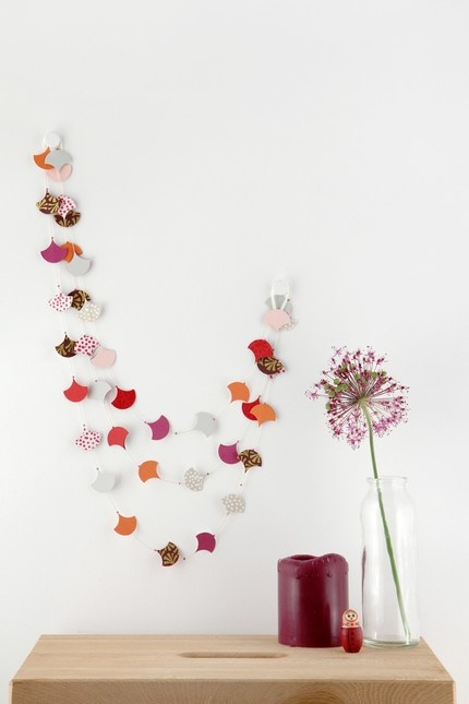 This looks very easy to make and very pretty on a bare wall.Sugar Plum, Colors Combos, Wall Decor, Paper Garlands, Garlands Ideas, Diy, Paper Crafts, Wood House, White Wall