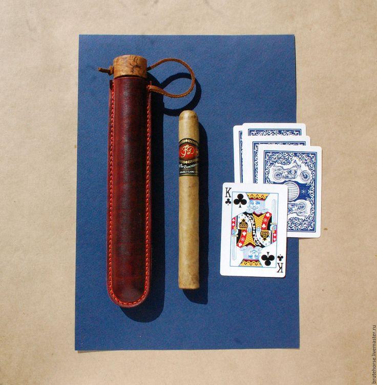 Купить или заказать Сигарный тубус из кожи (под сигару большого размера 'торо / дубле'). в интернет-магазине на Ярмарке Мастеров. Тубус для сигар - очень необычный подарок! Толстая кожа растительного дубления, ручная покраска, ручная прошивка. Пробка тубуса - очень фактурный кап клена. Тубус под сигары типа 'торо / дубле' длинной примерно 16 см. и более. Размер тубуса на фото - 20 см. х 3.2 см., внутренний диаметр 2.2 - 2.4 см. Мои новости и свежие фото вы можете уви...