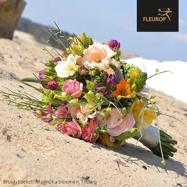 Prachtig modern bruidsboeket van Fleurop bloemist Magnolia bloemen in Tilburg