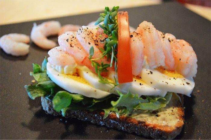 Lempeän ja maukkaan kauraleivän päällä maustuvat katkaravut ja keitetty muna. Hyvä välipalaleipä!