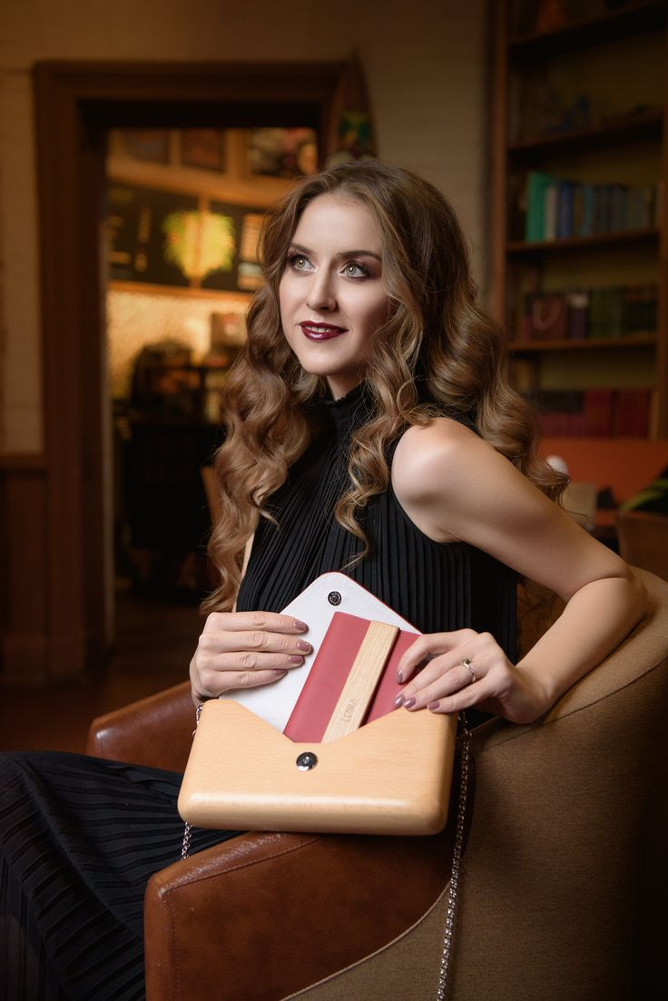 A gorgeous bag and wallet with wood elements. Fancy and special..
