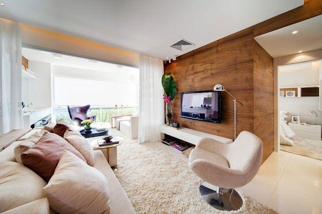 Este é pequeno mas tem uma super varanda, que serviu de extensão da sala. A parede da tv ganhou destaque com o lindo painel de madeira.