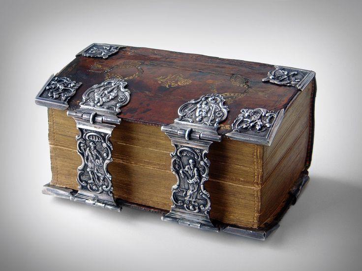 Silver-work has been made by Everwijn Knolleman, Hoorn (Ao 1795)
