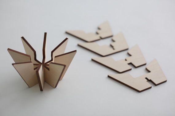 Einfache Kerze Teelichthalter hergestellt aus gelasertem Holz-Stücke. Die…