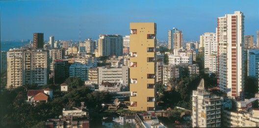 By developing climatic solutions for different sites and programs, Indian architect Charles Correa designed the Kanchanjunga Apartments. Located in Mumbai,