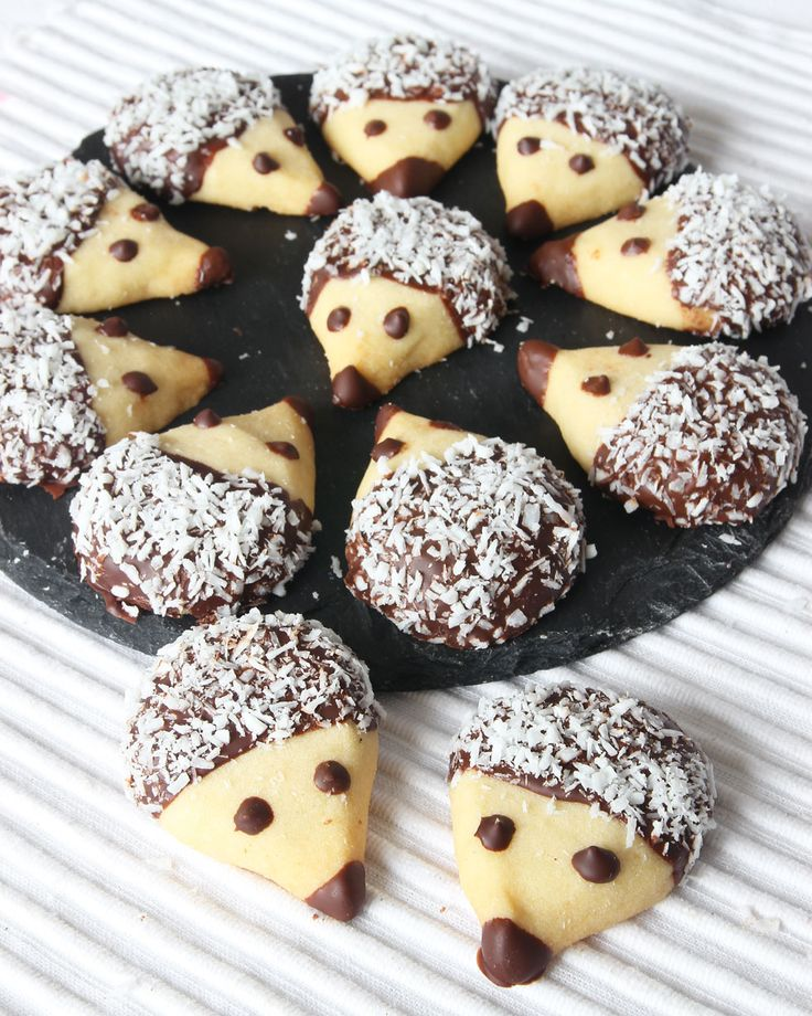 MÖRDEGSKAKOR SOM IGELKOTTAR | ca 20 st. 200 g smör, kallt ~ 1 nypa salt ~ 1 dl florsocker ~ 4 ½ dl vetemjöl  {Garnering} ca 100 g mörk choklad, smält ~ kokos.