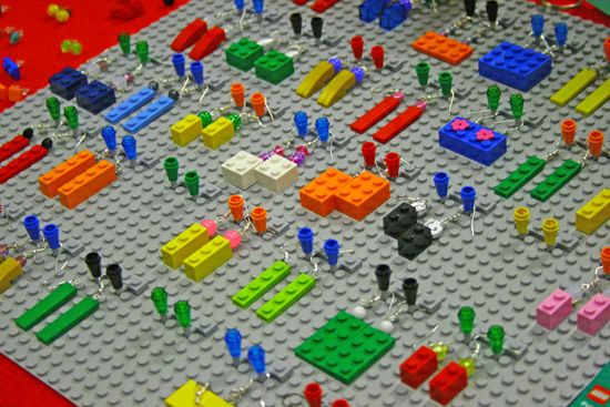 Cosa fa una ragazza al Model Game? Cerca orecchini, no? Mi pare ovvio che in mezzo a tutto il mondo maschile del modellismo (non voglio farne una questione di genere, ma in effetti è una passione prevalentemente maschile) io abbia notato non solo le città costruite interamente di Lego, ma ovviamente anche i gioielli.  Ero già stata incantata una volta da alcune mollette e collane realizzate con i Lego me le aveva regalate la mia amica Lila, che tra l'altro ieri è passata qui al Mondo…