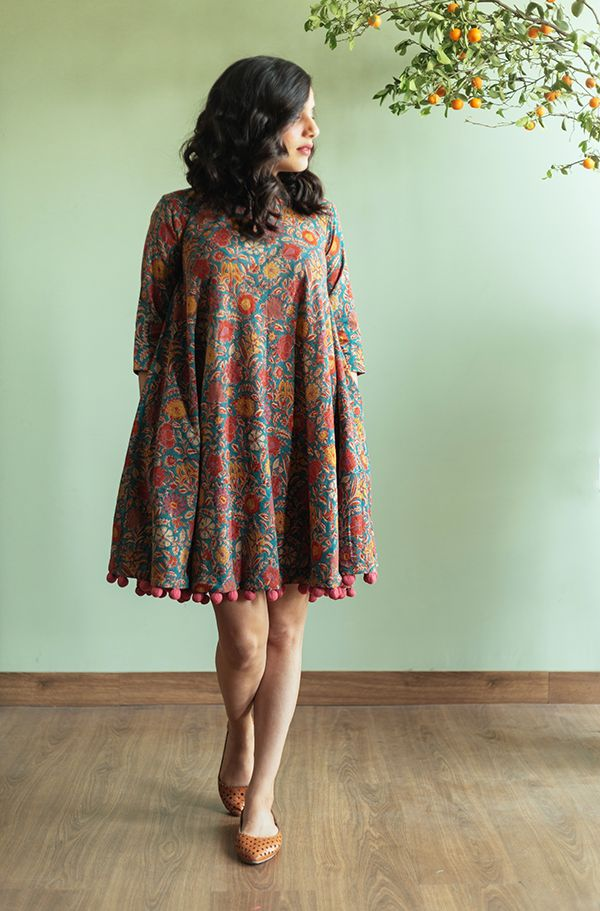 Lose busy floral print short dress with 3/4 sleeve with pom-poms at the base