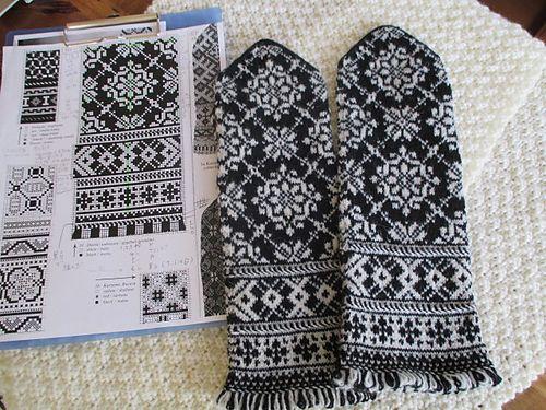 98目だから大きなサイズになるのは、わかっているけど 挑戦しがいのあるアレコレ。そして魅力的な文様。 メインのパターンを2つ入れる為に親指位置を上へ上へ。 当然の結果、カフが下へ下へとなり、フォーマルの風味が 加わったようです。 針と糸と私のテの相性が良く、編んでるそばから ムチムチの手触りで、絨毯か?の様なミトンです。 フリンジはもっと気前よくフサフサにした方が良かったけど、 ジャスト...