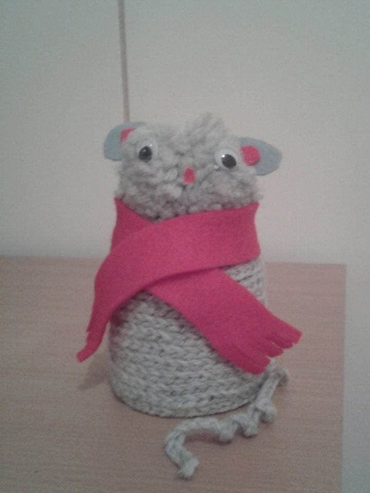 """""""Pilttipurkkieläin"""" (2.lk) Ketjusilmukkanauha liimataan pilttipurkin päälle siten, että purkki peittyy kokonaan. Kanteen liimataan tupsusta pää ja päähän silmät, nenä ja korvat. Eläimen kaulaan huovasta huivi, niin kannen reuna peittyy. Tuolta hiireltä puuttuu vielä viikset. (Alakoulun aarreaitta FB -sivustosta / Katri Kaltiainen)"""