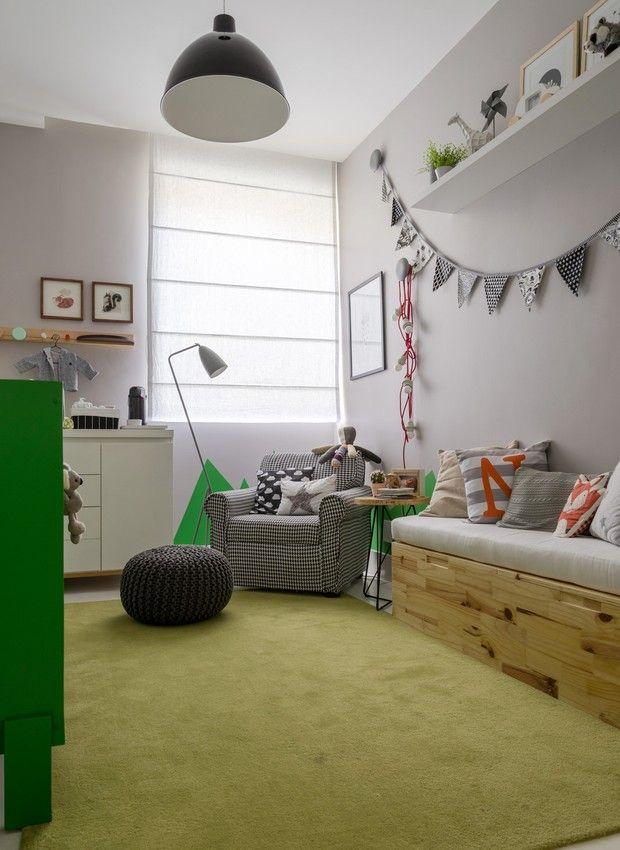 Интерьер детской комнаты для малыша оформлен в нейтральной палитре, а зеленая детская кроватка интересно освежает это светло-серое пространство.