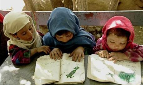Non riesce a impedirsi di osservare che il nostro governo spende molto denaro per costruire scuole in Afghanistan e le sembra strano che non ritenga importante sostenere l'istruzione in Italia. Lì costruiamo scuole, e qui le lasciamo cadere a pezzi, lì sosteniamo gli insegnanti, li proteggiamo e li riteniamo essenziali per il futuro della nazione, qui gli insegnanti vengono umiliati e disprezzati e la formazione dei giovani giudicata una perdita di tempo.