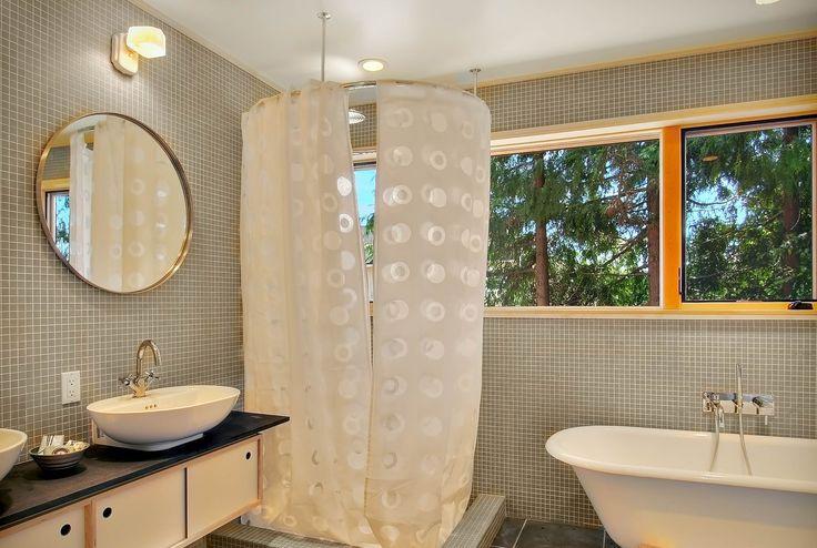 Угловой карниз для ванны: особенности выбора и 75+ функциональных и стильных решений http://happymodern.ru/karniz-dlya-uglovoj-vanny-foto/ karniz-dlya-uglovoj-vanny_16 Смотри больше http://happymodern.ru/karniz-dlya-uglovoj-vanny-foto/
