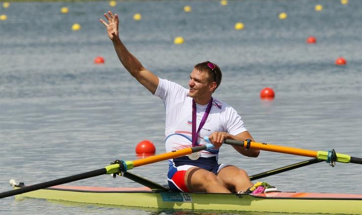 STŘÍBRNÁ RADOST. Ondřej Synek mává fanouškům a děkuje za podporu ve finálovém závodě skifařů. Český reprezentant vybojoval druhé místo a druhou stříbrnou medaili pro Česko na londýnských hrách.